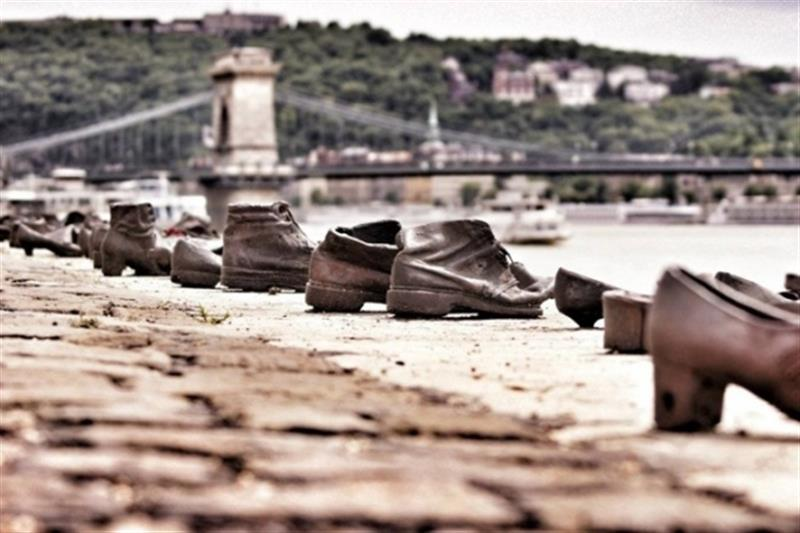 about-shoes-on-the-danube6_574_383 (1) (Medium)